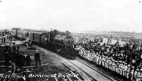 Ключ-запад прибытие поезд